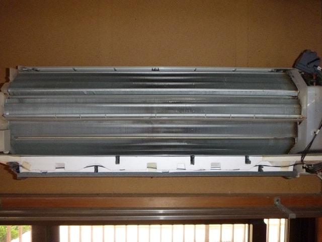 エアコンカバーを完全に外してからエアコン洗浄スプレーを使用する方法